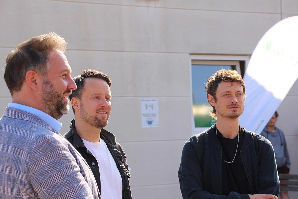 Geschäftsführer Kai Noetzelmann mit den Bandmitgliedern Kris und Jakob